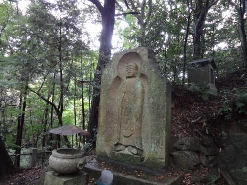 弥勒石棺仏遠景.jpg